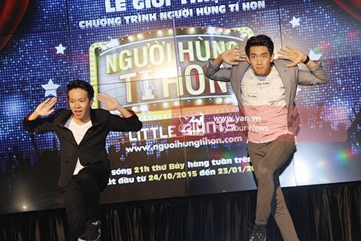 Cả hai mở màn buổi họp báo bằng một bài nhảy làm nóng không khí chương trình. - Tin sao Viet - Tin tuc sao Viet - Scandal sao Viet - Tin tuc cua Sao - Tin cua Sao