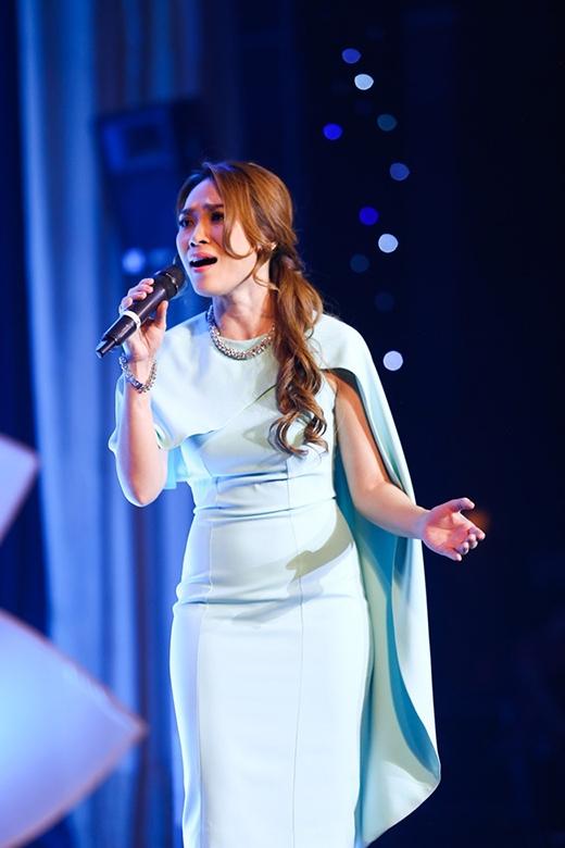 Trước đó, trong đêm nhạc từ thiện Nâng bước ngày mai,Mỹ Tâm cũng tỏa sáng khi diện chiếc váy ôm sát tông xanh thiên thanh với phần áo choàng cách điệu bất đối xứng.