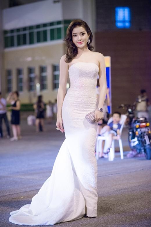 Trong khi đó, tại miền Bắc, á hậu Huyền My dường như lấn át dàn mĩ nhân trên thảm đỏ VTV Awards 2015 khi diện chiếc váy đuôi cá cúp ngực được thực hiện trên nền chất liệu sequin tông trắng nhã nhặn. Cô kết hợp phụ kiện gồm clutch, hoa tai đồng điệu với sắc bạc ánh kim.