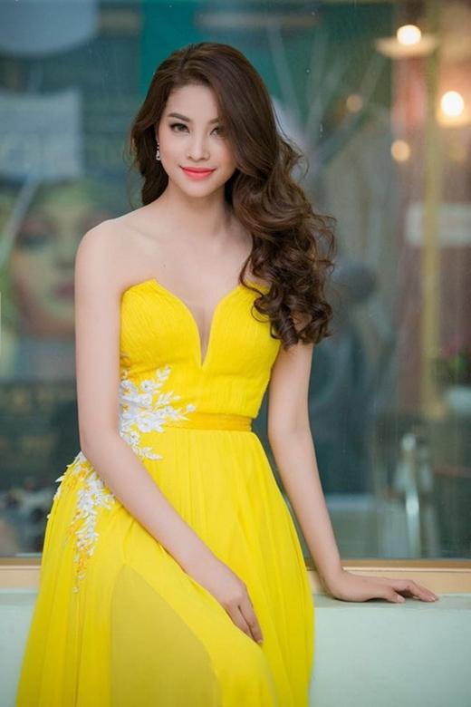 Á hậu Phạm Hương nổi bật nhưng vẫn nhẹ nhàng, quyến rũ trong chiếc đầm vàng bay bổng của nhà thiết kế Lê Thanh Hòa. Hiện tại, cô được xem là ứng cử viên nặng kí cho chiếc vương miện của Hoa hậu Hoàn vũ Việt Nam 2015.