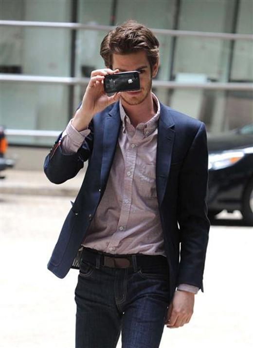 Khi không có bộ đồ người nhện che chắn, Andrew Garfield đã nhanh trí sử dụng điện thoại của mình như một tấm khiên để vừa ẩn thân, vừa tiện chụp lại hình các paparazzi.