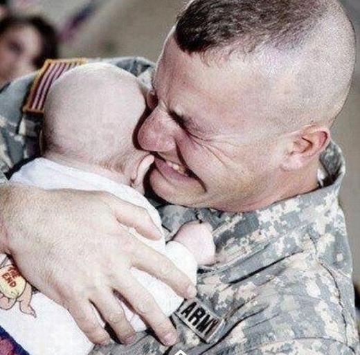 Hình ảnh một người lính xúc động sau khi gặp lại đứa con của mình sau nhiều tháng chiến đấu xa nhà. Bức ảnh khiến người ta nghĩ tới sự khốc liệt của chiến tranh và cái giá mà những người lính đã phải trả.