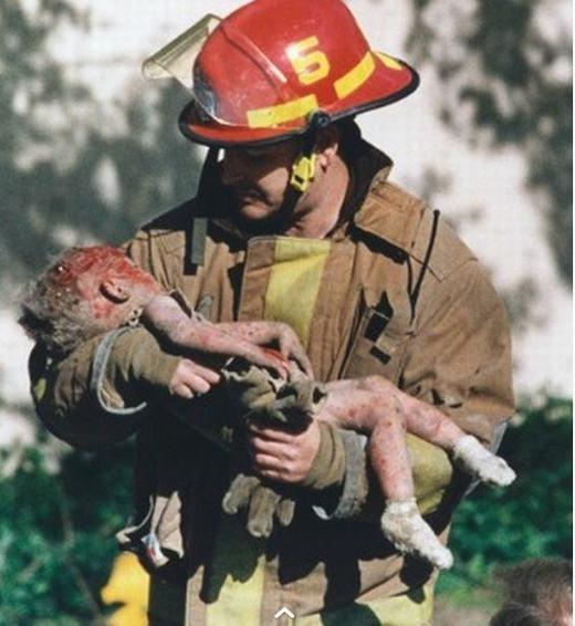 Hình ảnh ghi lại khoảnh khắc lính cứu hỏaChris Fieldsđang bế béBayblee Almon, 1 tuổi. Bé được phát hiện tại hiện trường của vụ đánh bom tòa nhà liên bang Alfred P. Murrah ở thành phố Oklahoma, Mỹ ngày 19/4/1995.