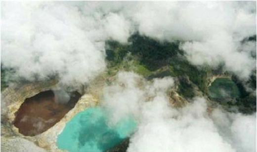 Vào buổi chiều thì sương mù phủ kín cả mặt hồ, cứ trôi bồng bềnh khiến cho mặt hồ trở nên mờ mờ ảo ảo.