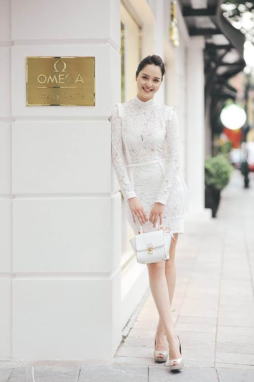 Hoàng Anh phô diễn khéo léo những đường cong quyến rũ của cơ thể trong chiếc váy trắng ôm sát, được thực hiện trên nền chất liệu ren với những khoảng hở chừng mực, tinh tế.