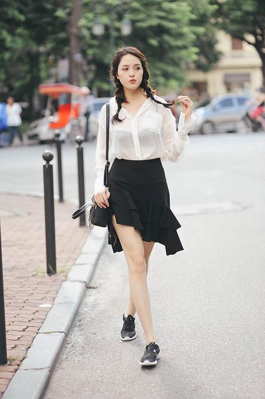 Cô còn mang đến sự tinh tế, đẹp mắt khi diện trang phục theo mốt khoe nội y tương phản.