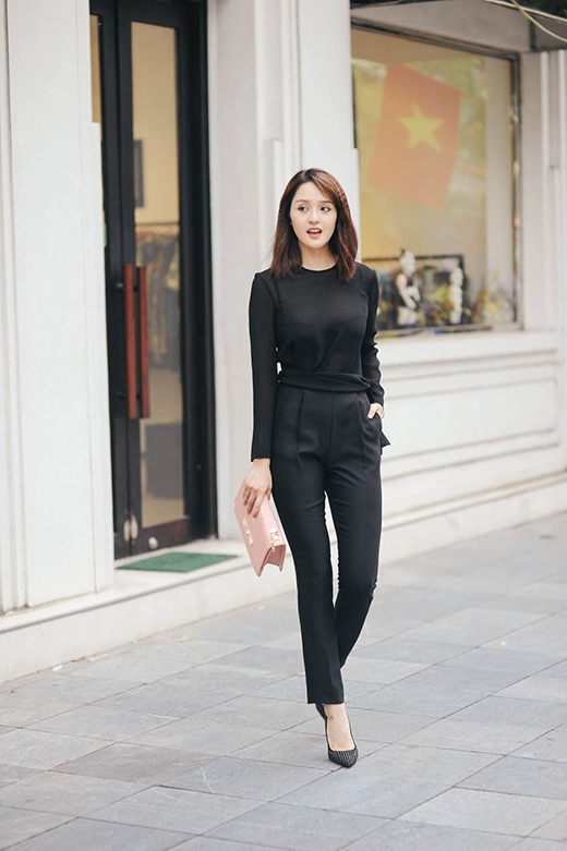 Sự thanh lịch đặc trưng trong phong cách của những cô gái Hà thành nay đã hòa quyện cùng chút gợi cảm, phóng khoáng theo tinh thần thời trang hiện đại với cả cây đen đầy thu hút.