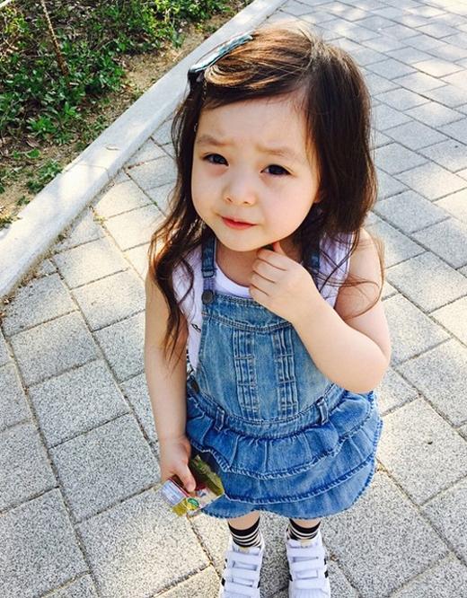 Trang phục, đầu tóc của cô bé đều được mẹ chăm chút tỉ mỉ.