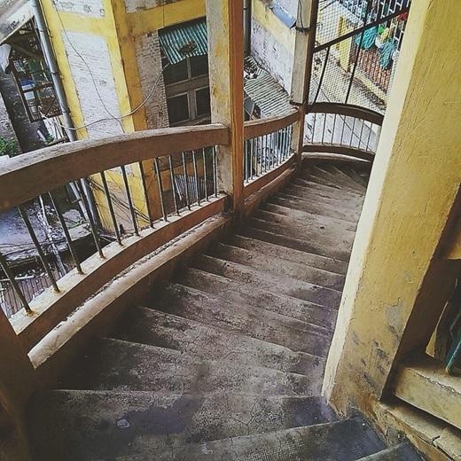 Những bậc thang này đã ở đây bao năm, chứng kiến biết bao nhiêu câu chuyện về Sài Gòn. (Nguồn IG @kaitobackid)