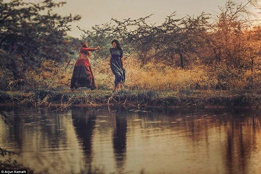 Alpana cười thích thú với sự ngây ngô đuổi bắt của Maitreyi bên dòng suối nhỏ êm đềm.