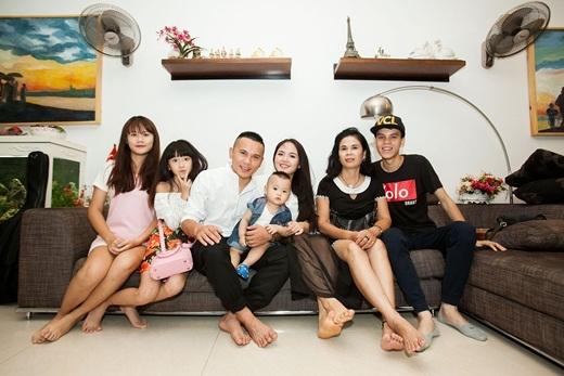 Gia đình hạnh phúc của Tú Dưa - Lam Trang bên mẹ, em trai và các con. - Tin sao Viet - Tin tuc sao Viet - Scandal sao Viet - Tin tuc cua Sao - Tin cua Sao