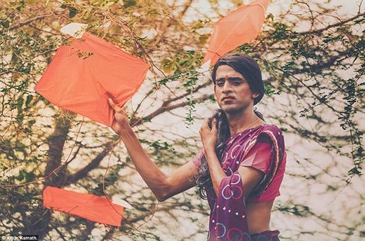 Khi đó, không chỉ có mình họ, trong khu rừng cònParivala - một người đồng tính khác - đang đứng nhìn từ xa...