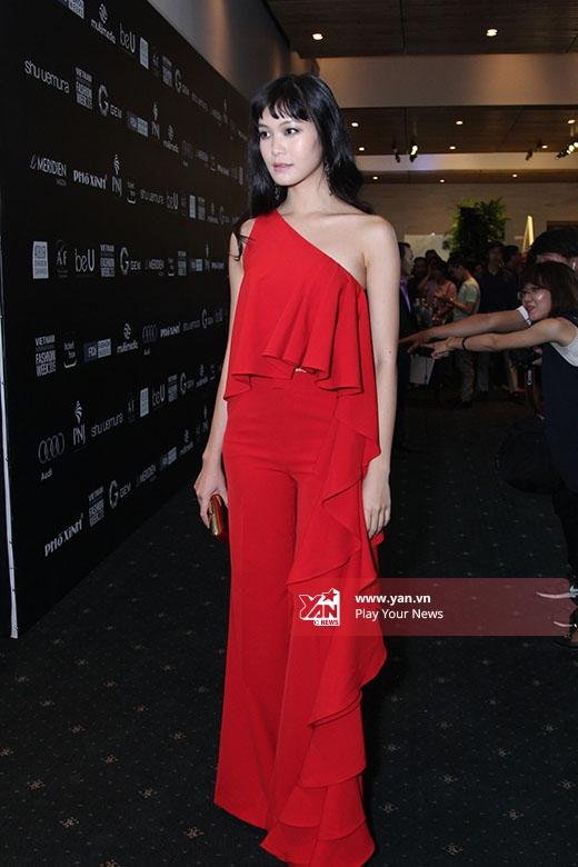 Xuất hiện trên thảm đỏ, Hoa hậu Việt Nam 2008 - Thùy Dung gây chú ý khi diện bộ trang phục có tông đỏ nổi bật. Thiết kế là sự kết hợp độc đáo giữa chiếc áo dáng dài với những đường gấp, dợn sóng cùng chiếc quần ống loe cạp cao. Được biết, đây là mẫu mới nhất của nhà thiết kế Adrian Anh Tuấn đo ni đóng giày cho Hoa hậu Việt Nam 2008.