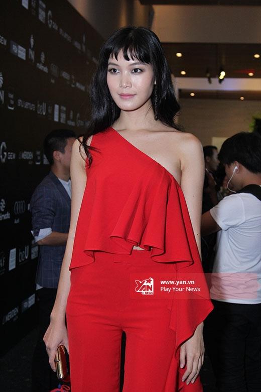 Thùy Dung mang đến một tạo hình mới mẻ với mái tóc uốn xoăn nhẹ nhàng. Trong Tuần lễ Thời trang Quốc tế Việt Nam năm ngoái, Thùy Dung tham gia trình diễn với vai trò vedette cho bộ sưu tập của nhà thiết kế Hoàng Hải.