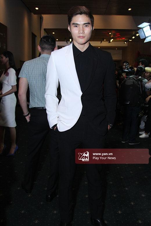 Quang Hùng lịch lãm trong bộ vest kết hợp hai tông màu trắng, đen tương phản.