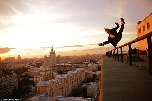 Màn biểu diễn đu tay thăng bằng trên tầng thượng.