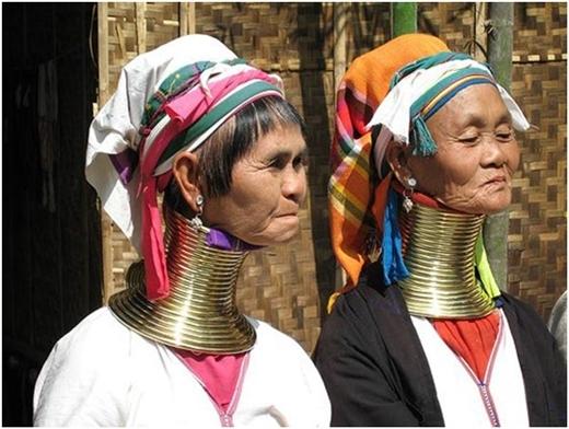 Những người phụ nữ Kayan đeo lượng vòng cổ dày đặc để phô trương thanh thế của mình.