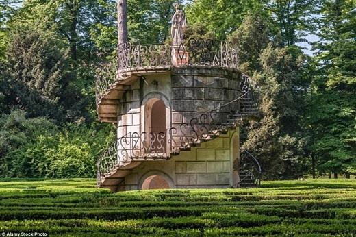 Ở trung tâm của mê cung có niên đại từ thế kỉ 18 Villa Pisani, Stra, Ý xuất hiệnmột ngọn tháp với phần đỉnh là bức tượng thần vệ nữ Minerva.(Ảnh:Internet)