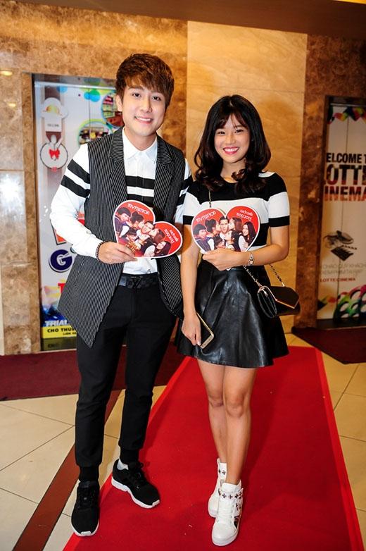 Đến tham dự buổi ra mắt một bộ phim Thái Lan vào tối qua tại TP.HCM, ca sĩ Huy Nam A# gây chú ý khi sánh đôi trên thảm đỏ cùng Hoàng Yến Chibi. Cả hai diện trang phục trẻ trung, năng động lấy hai tông màu đen, trắng tương phản làm chủ đạo.