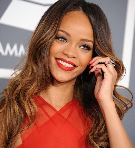 Rihanna đã khá thận trọng trong những mối quan hệ yêu đương sau khi chia tay Chris Brown vào năm 2009: 'Trong chớp mắt, cuộc sống của tôi thay đổi. Mọi thứ tôi từng biết giờ đã khác trước. Tôi chưa bao giờ nghĩ rằng mình bị đau như vậy . Một khi bạn đã tự vực dậy và đứng lại trên đôi chân của mình, đó chính là thành quả cuối cùng. Tôi còn nhớ lúc đó mình đang ở New York trong khách sạn Trump, tỉnh giấc và nhận ra mình đã vượt qua được nó. Đó là một ngày tôi cảm thấy bản thân khác lạ và không còn cô đơn. Tôi muốn đứng dậy và hòa mình vào thế giới. Một cảm giác rất tuyệt vời'.