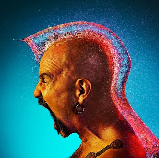 Tim Tadder đã sử dụng tia laser để nắm bắt những khoảnh khắc đẹp và giống nhất của những kiểu tóc.Kiểu tóc mào gà quấn quanh cổ