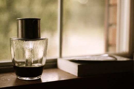 Người Việt Nam chào buổi sáng bằng một li cà phê đen đậm đặc. (Nguồn: Internet)