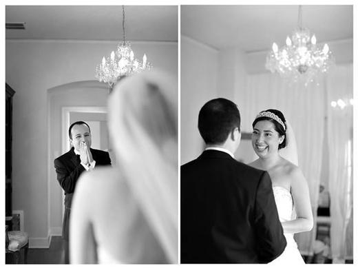 Hẳn là không thốt nên lời trước vẻ rạng rỡ của cô dâu đây mà! (Ảnh: Internet)  Các chú rể gần như luôn có chung một hành động chặn tay trước miệng để ngăn tiếng thốt hạnh phúc. (Ảnh: Internet)