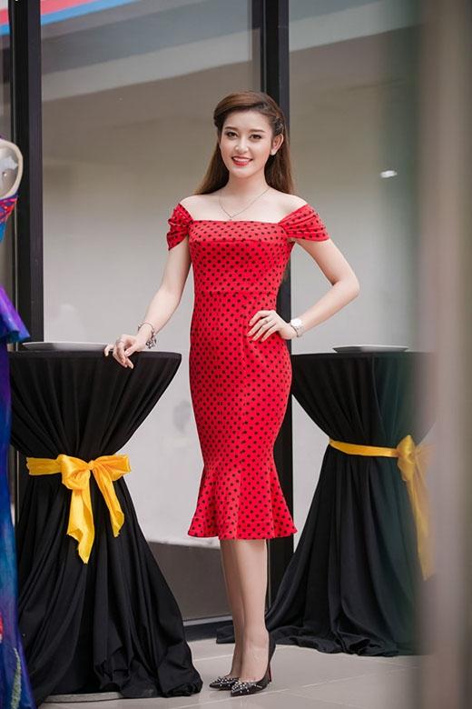 Với những buổi tiệc nhẹ nhàng, thân mật, nếu như trang phục với phom ôm sát giúp Huyền My phô diễn khéo kéo đường cong trên cơ thể thì những thiết kế váy xòe lại thể hiện sự kín đáo, nhẹ nhàng, thanh lịch của người đẹp 9X.