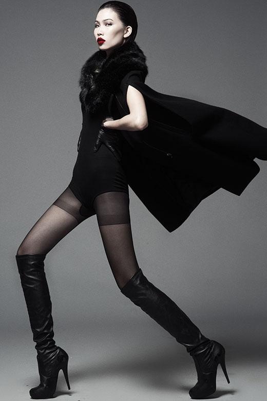 Cô nàng khoe khéo đôi chân dài trong thiết kế bodysuit gợi cảm phối hợp cùng áo khoác bên ngoài, khăn choàng cổ bằng lông sang trọng.
