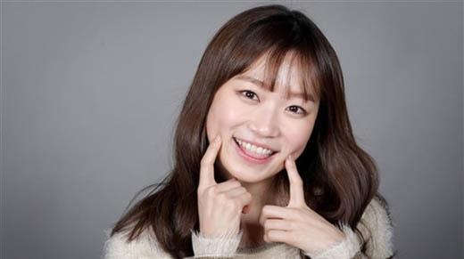 Kim Seul Gi là một nữ diễn viên đầy tài năng và triển vọng. Cô khởi nghiệp từ năm 2011 với nhiều dự án nổi tiếng như Flower Boys Next Door, Reply 1994, Kill Me Heal Me nhưng không nhận được nhiều sự chú ý. Nhờ có vai diễn hồn ma Shin Soon Ae trong bộ phim Oh My Ghostess (2015) mà Kim Seul Gi chính thức được nhiều người biết đến và khen ngợi khả năng diễn xuất.