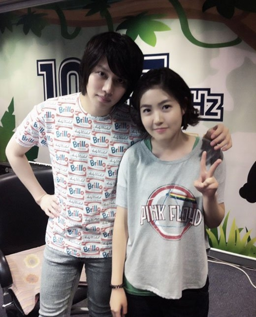 """Heechul (Super Junior) chưa bao giờ thất bại trong việc khiến các fan nữ phải """"phát cuồng"""", đặc biệt là cách cư xử đúng mực của anh. Điển hình là bức ảnh chụp cùng diễn viên đang nổi Shim Eun Kyung."""