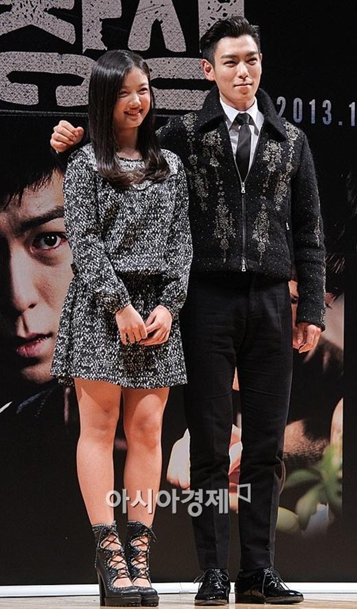 Với cả cô em đáng yêu Kim Yoo Jung, T.O.P (Big Bang) cũng hết mực lịch sự thì không có gì khó hiểu khi anh dễ dàng chinh phục trái tim của hàng triệu fan nữ.