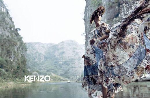 Vào năm 2006, Kenzo đã chọn nước ta làm bối cảnh cho chiến dịch quảng bá mùa Xuân - Hè. Những thiết kế bay bổng, nữ tính của thương hiệu trứ danh càng trở nên cuốn hút hơn khi hòa cùng phong cảnh hữu tình của non nước Việt Nam.