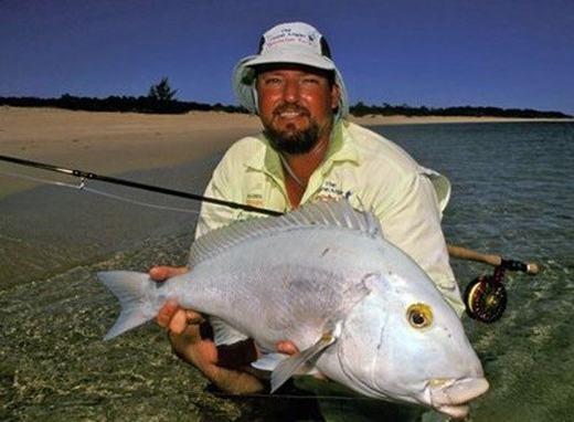 Chúng có 12 chiếc ngạnh ở phần lưng đặc trưng. Theo các nhà khoa học, loài cá này có nhiều đặc điểm sinh trưởng lạ. Khi còn nhỏ, loài cá này có màu vàng đen cùng sọc viền sáng màu nhưng khi lớn lên, những màu này nhạt dần, cuối cùng, nó chỉ còn màu bạc. (Ảnh: Internet)