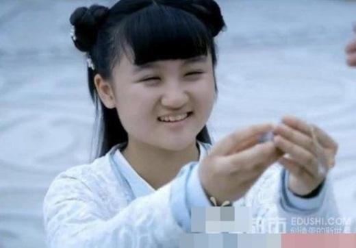 Bẵng đi một thời gian, Lục Tử Nghệ trở lại màn ảnh nhỏ với vai U Nhược - đệ tử của Hoa Thiên Cốt (Triệu Lệ Dĩnh) trong bộ phim truyền hình Hoa Thiên Cốt. Thế nhưng, khi nhân vật U Nhược xuất hiện, khán giả cảm thấy bất ngờ vì không thể nhận ra đây là nữ diễn viên nhí Lục Tử Nghệ đáng yêu một thời. Có thể thấy, ở tuổi 14, Tử Nghệ trông có phần mũm mĩm hơn. Điều đáng nói, các đường nét trên gương mặt của cô thay đổi nhiều, làm mất đi vẻ xinh xắn lúc bé.