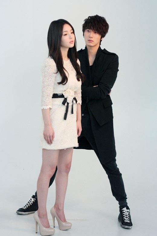 Dù đã mang giày cao gót nhưng Nam Gyu Ri vẫn khá bé nhỏ bên cạnh Jung Il Woo. Vì thế, anh chàng đã áp dụng 'chiêu độc' để có thể cân xứng với người đẹp khi chụp ảnh poster phim 49 Days.