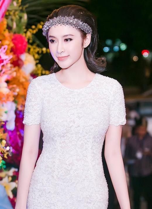 Tạo hình như nữ thần tiếp tục được Angela Phương Trinh lăng xê trong một sự kiện gần đây nhưng với trang phục tông trắng, nhẹ nhàng, thanh thoát hơn.