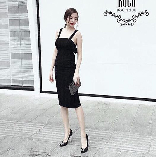 Với 3 bộ trang phục cùng tông đen, Angela Phương Trinh mang đến ba màu sắc khác nhau nhưng điểm chung vẫn là sự tinh tế, đẳng cấp. Dường như càng kín đáo, cô nàng càng trở nên thu hút đến lạ thường khiến người đối diện cứ muốn nhìn ngắm mãi không thôi.