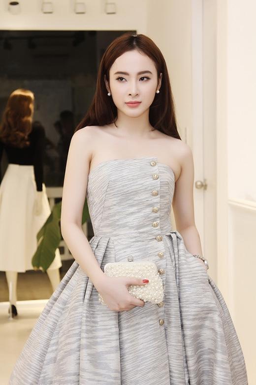 Mặc dù còn khá trẻ nhưng phong cách thời trang của Angela Phương Trinh đã bắt kịp những đàn chị đình đám trong V-biz với sự tinh tế, hợp mốt. Đặc biệt, cô nàng còn tiên phong những xu hướng mới hoặc thể nghiệm nhiều phong cách khác nhau, nhằm mang đến vẻ ngoài thu hút, bắt mắt trong những lần xuất hiện trước công chúng.