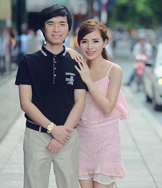Không chỉ ủng hộ vợ phẫu thuật thẩm mĩ,anhTrịnh Văn Cươngluôn yêu chiều và chăm sóc cô hết mực. (Nguồn: Facebook)