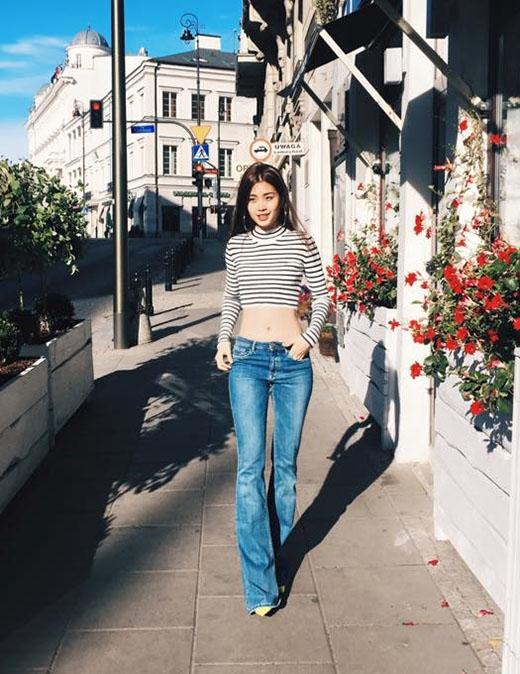 Á hậu Việt Nam 2014 Diễm Trang cũng chọn tạo hình tương tự nhưng với áo phông cổ lọ kẻ sọc cùng quần jeans cạp thấp. Đây cũng là lần hiếm hoi công chúng có thể nhìn thấy cô nàng trong hình ảnh gợi cảm, táo bạo.