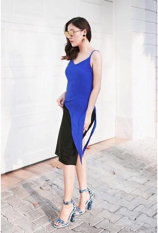 Văn Mai Hương mang đến vẻ ngoài lạ mắt với chiếc áo xẻ tà tông xanh cobant nổi bật diện cùng chân váy bút chì. Trong suốt khoảng thời gian gần đây, sự thay đổi ngoạn mục về phong cách thời trang của Văn Mai Hương đã nhận được nhiều phản hồi tích cực từ phía khán giả.