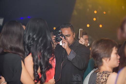 Ông xã Dũng Taylor dùng máy ảnh ghi lại những khoảnh khắc đáng nhớ của vợ trong đêm nhạc. - Tin sao Viet - Tin tuc sao Viet - Scandal sao Viet - Tin tuc cua Sao - Tin cua Sao