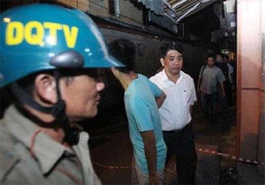 Thiếu tướng Nguyễn Đức Chung (áo trắng) đến hiện trường vụ nổ. (Ảnh: Giang Huy)