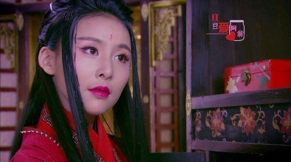 Hoa Thiên Cốt (Triệu Lệ Dĩnh) trong bộ phim cùng tên và Cơ Dao (Giả Thanh) của Thiếu Niên Tứ Đại Danh Bổ đều mặc trang phục màu đỏ, có kiểu tóc khá tương tự. Đồng thời cả 2 người đều toát lên vẻ yêu mị.