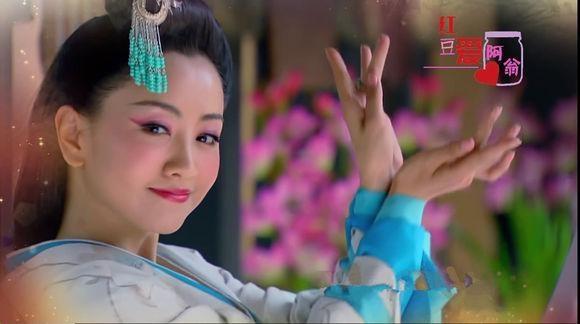Nhân vật Triệu Phi Yến của Đồng Lệ Á (Mẫu Nghi Thiên Hạ) có cách trang điểm và kiểu múa không khác mấy so với Hoắc Thành Quân của Dương Dung (Vân Trung Ca).