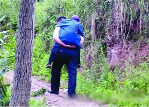 Vì quá đói khổ, anh con trai quyết định đưa cha mình vào rừng sâu rồi bỏ ở đấy. (Ảnh minh họa. Nguồn: Internet)