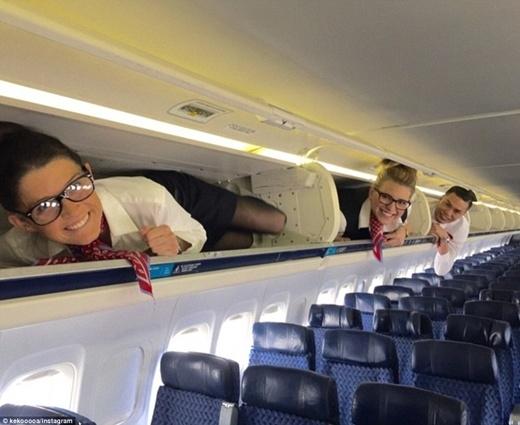 Với các bạn tiếp viên hàng không, trào lưu chui vào khoang chứa hành lí có ý nghĩa đánh dấu công việc đã được hoàn thành xong, dù tốt đẹp hay còn thiếu xót.
