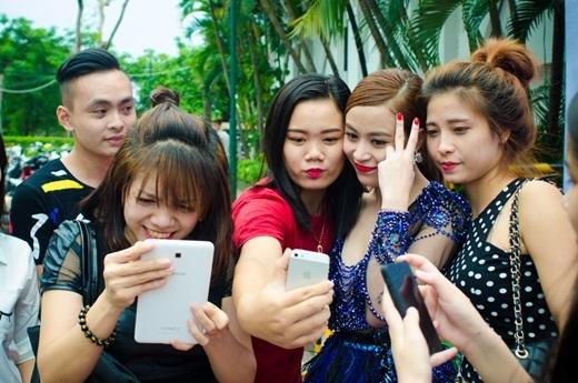 Nữ ca sĩ thân thiện nán lại chụp hình cùng fan.   Sau đó, cô ra về bằng xế hộp sang trọng - Tin sao Viet - Tin tuc sao Viet - Scandal sao Viet - Tin tuc cua Sao - Tin cua Sao