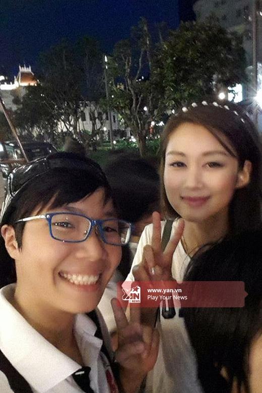 Sau khi bị fan bắt gặp, Sầm Lệ Hương đã thân thiện selfie cực dễ thương.